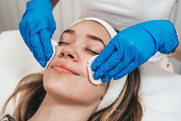 美容センターで肌の若返り療法を楽しんでいる若い女性。