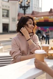 おいしい屋台の食べ物を楽しんでいる若い女性