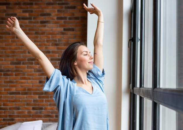집에서 자유 시간을 즐기는 젊은 여자
