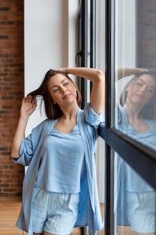 Giovane donna che gode del tempo libero a casa