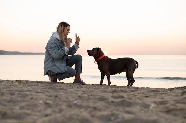 彼女の犬との時間を楽しんでいる若い女性
