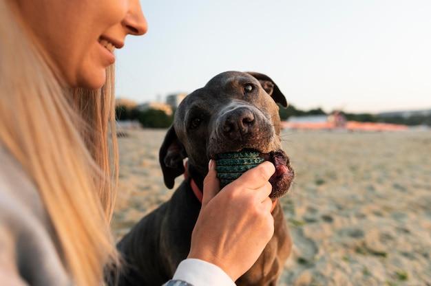 Giovane donna che si gode un po' di tempo con il suo cane