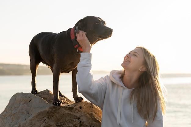 Молодая женщина наслаждается временем со своей собакой