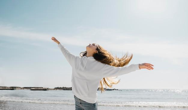 바다 바람을 즐기는 젊은 여성