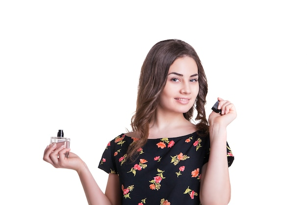 Молодая женщина, наслаждаясь запахом духов