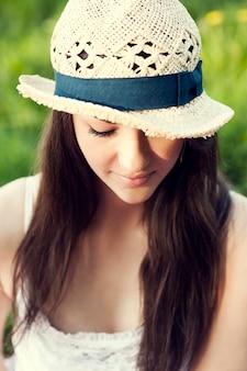 Молодая женщина наслаждается летом в парке