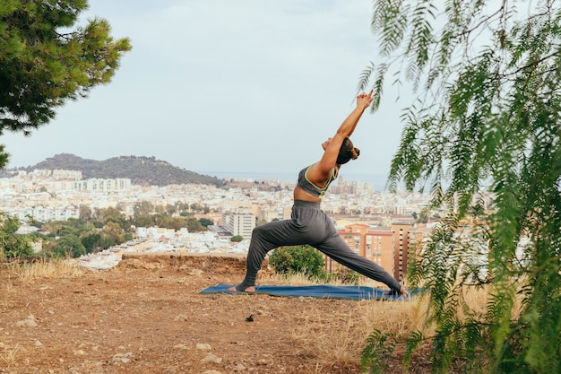 Giovane donna godendo yoga e viste