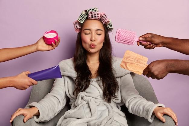 Молодая женщина наслаждается спа-салоном у себя дома в халате