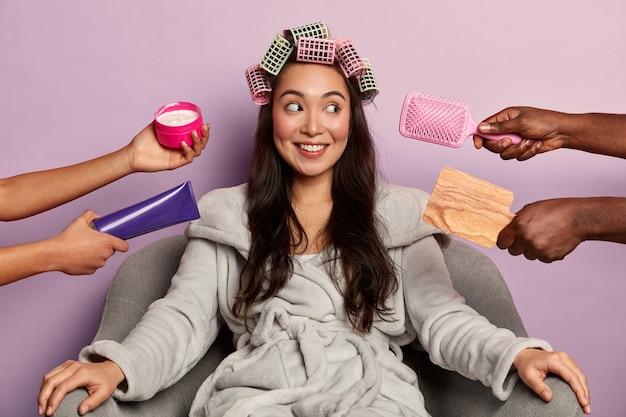 La giovane donna gode della stazione termale di bellezza a casa ubicazione in accappatoio