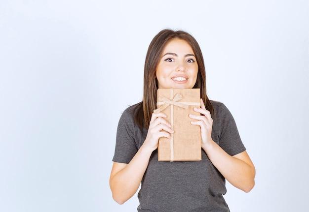 젊은 여자는 선물 상자에 대 한 흥분.