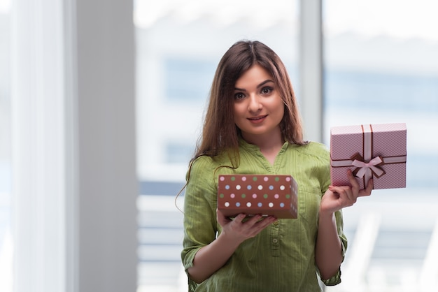 Giftbox와 함께 흥분된 젊은 여자
