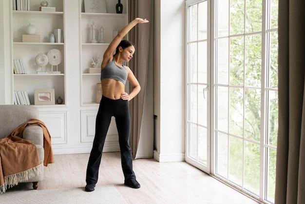 집에서 운동하는 젊은 여자