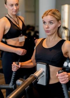ジムで運動する若い女性