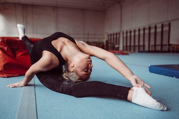 체조 올림픽을 위해 운동하는 젊은 여자