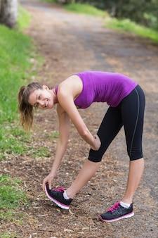 숲에서 운동하는 젊은 여자
