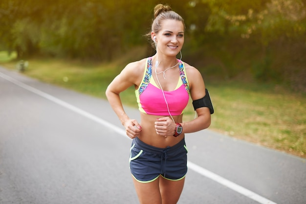 屋外で運動する若い女性。あなたの弱点のいくつかを打ち負かす良い方法