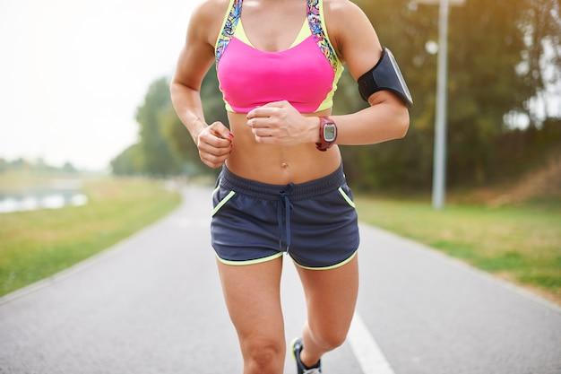 屋外で運動する若い女性。プロのランナーだったらいいのに