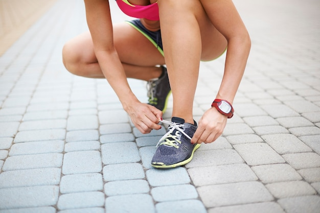 屋外で運動する若い女性。最後の準備と私は行く準備ができています
