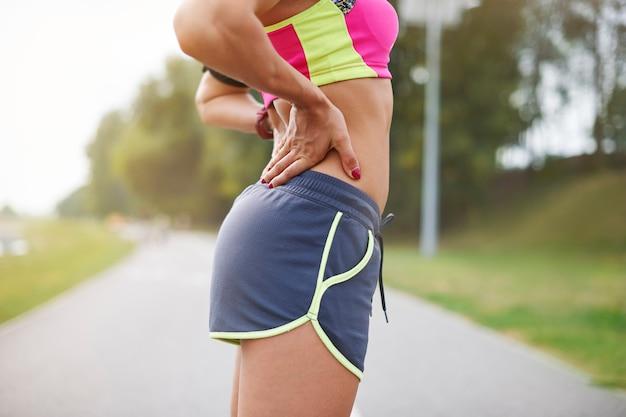 屋外で運動する若い女性。精神的な準備も非常に重要です