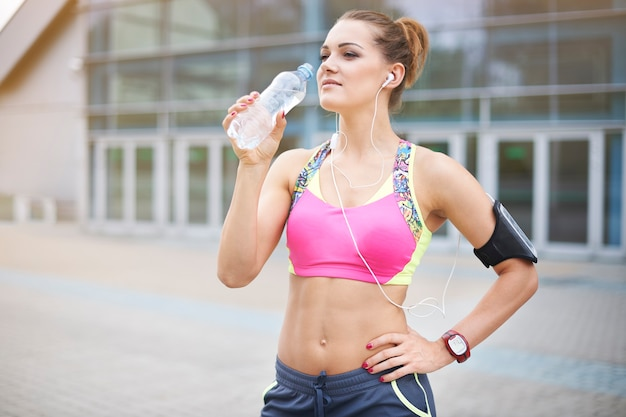 屋外で運動する若い女性。私たちの生物は常に保湿されなければなりません