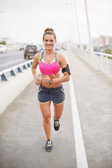 屋外で運動する若い女性。身体活動はあなたのライフスタイルになることができます
