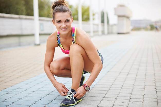 야외 운동하는 젊은 여자. 포장도 젊은 러너의 초상화