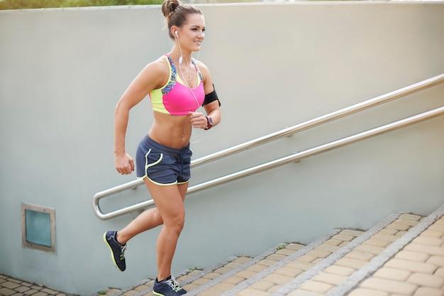 屋外で運動する若い女性。前向きな姿勢は非常に重要です