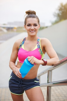 屋外で運動する若い女性。食事の非常に重要な要素としてのタンパク質
