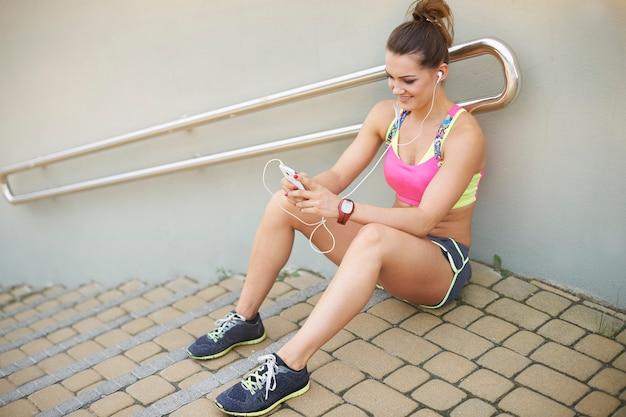 야외 운동하는 젊은 여자. 잠깐 쉬고 계속할 준비가 됐어