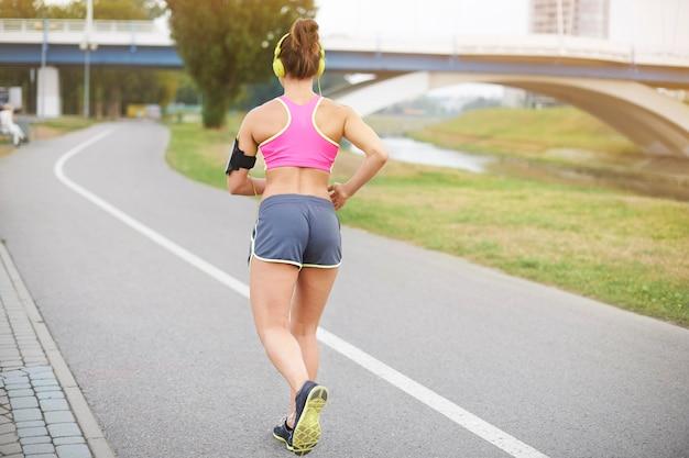 屋外で運動する若い女性。晴れた朝は気分がいい