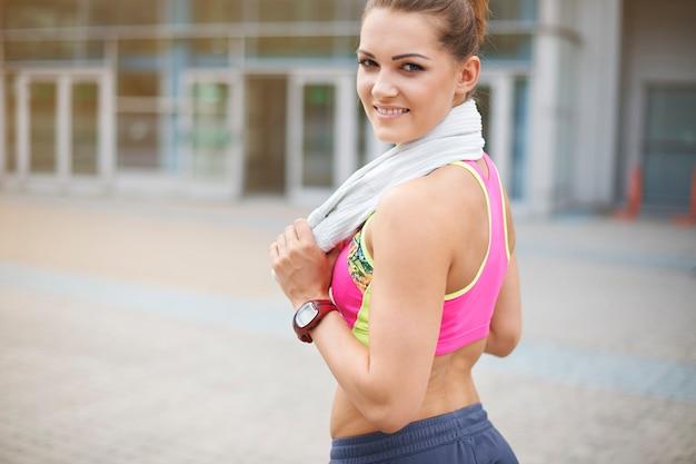 屋外で運動する若い女性。これは市内で最高のジムです