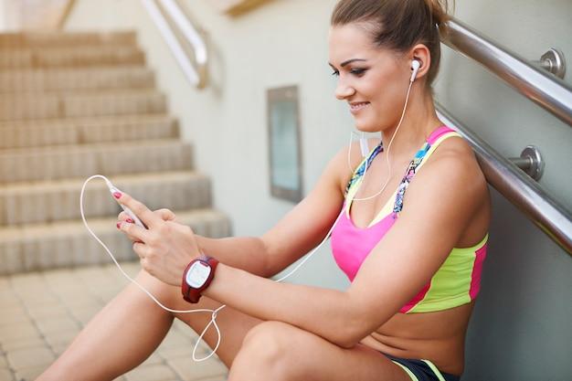 야외 운동하는 젊은 여자. 단계에 쉬고 스포츠 의류 여자
