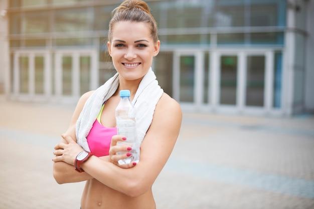 屋外で運動する若い女性。ジムでのトレーニング直前の女性
