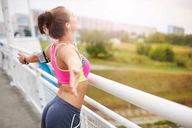 外で運動する若い女性。ついに目標を達成しました
