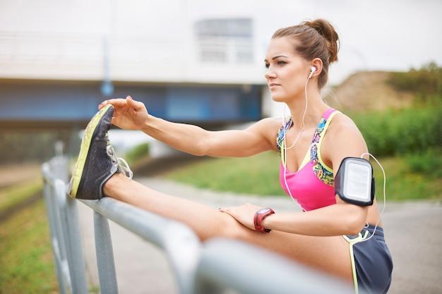 外で運動する若い女性。ジョギングはとても大きな喜びです
