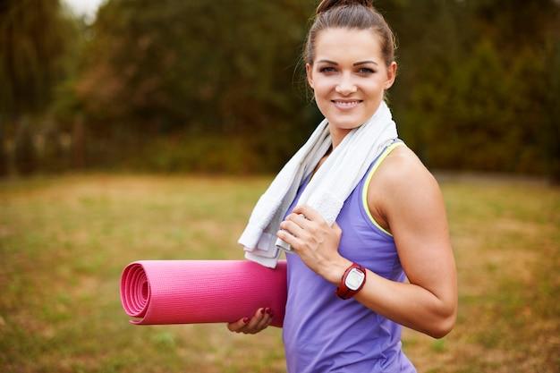 밖에 서 운동하는 젊은 여자. 동기는 성공의 열쇠입니다