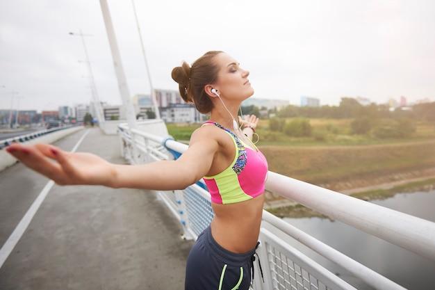 外で運動する若い女性。私の最大の情熱から得たポジティブなエネルギー