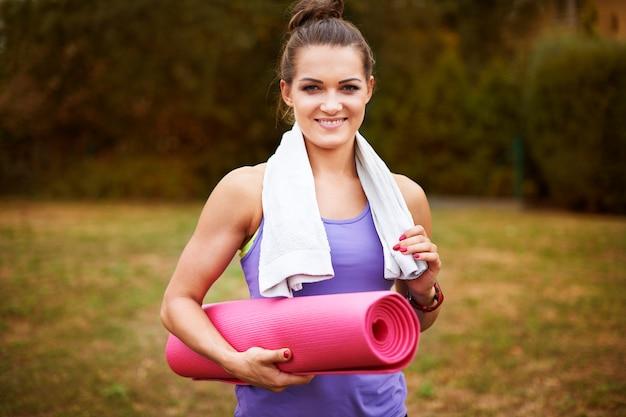 밖에 서 운동하는 젊은 여자. 레크리에이션 추구는 내가 가장 좋아하는 것입니다.