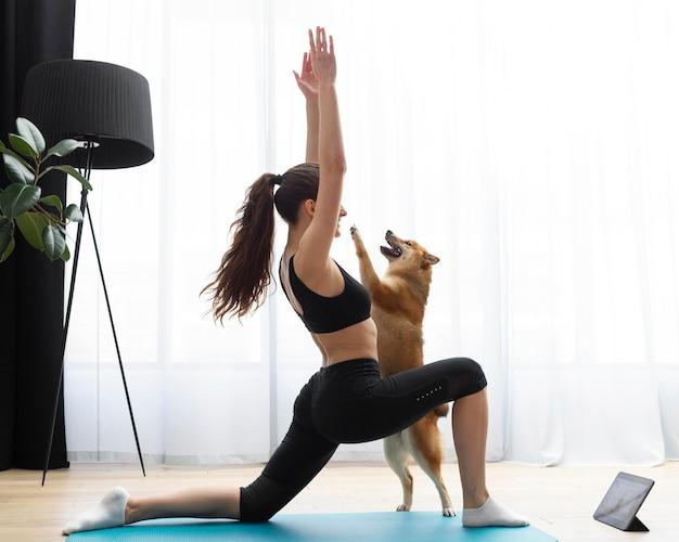 Giovane donna che si esercita con il suo cane