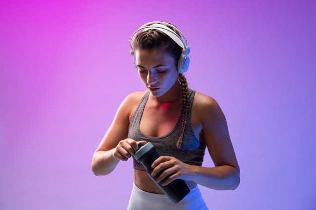 Молодая женщина упражнениями с наушниками на