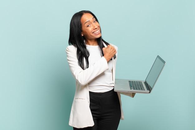 若い女性は、挑戦に直面したり、良い結果を祝ったりするときに、幸せで、前向きで、成功し、やる気を感じます