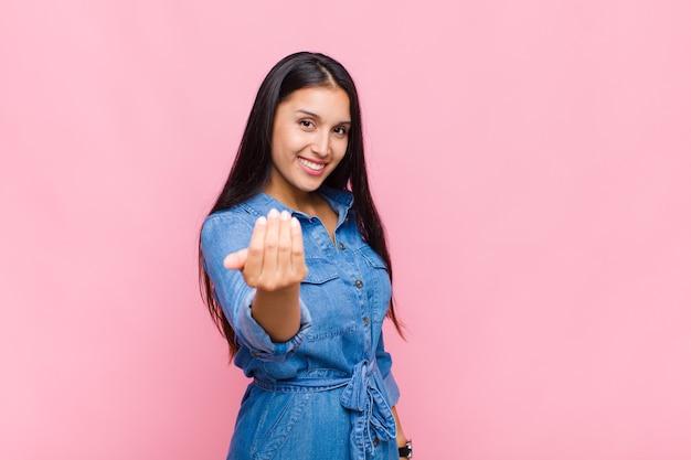 Молодая женщина чувствует себя счастливой, успешной и уверенной в себе, сталкивается с проблемой и говорит: «прими ее! или приветствуя вас