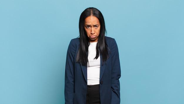 悲しくてストレスを感じている若い女性、悪い驚きのために動揺し、否定的で不安そうな表情をしている