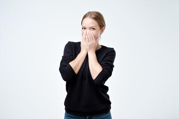 若い女性は恥ずかしがり屋で、褒め言葉を受け取っている