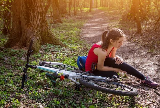若い女性が自転車から落ちて膝を痛めた。スポーツ中の外傷