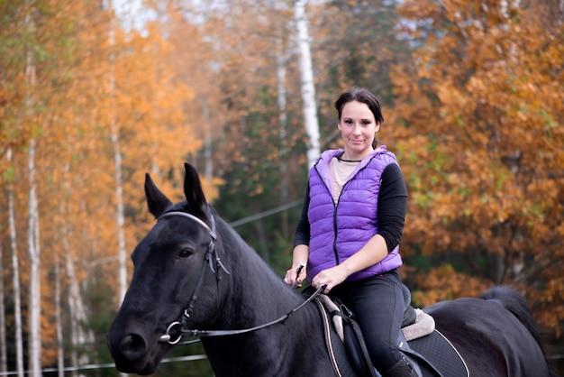 Молодая женщина женщина верховая езда на закате верховая езда