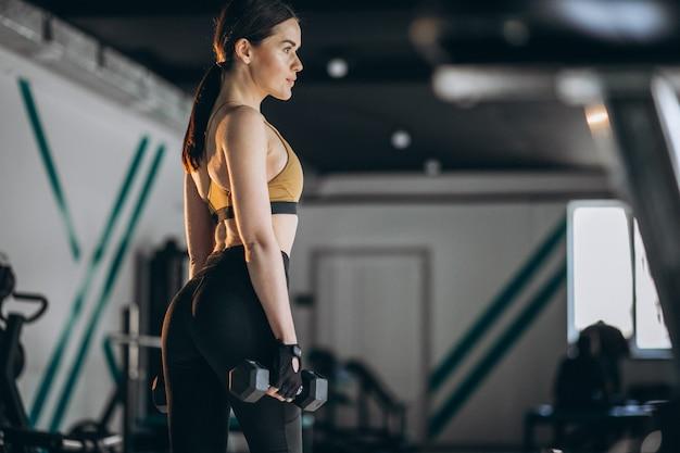 체육관에서 젊은 여자 휘트니스 트레이너