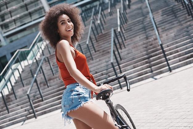 乗馬階段の近くを歩く通りで若い女性の自由なスタイル