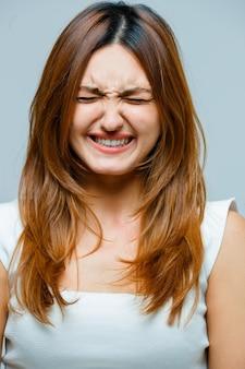 顔をしかめている若い女性