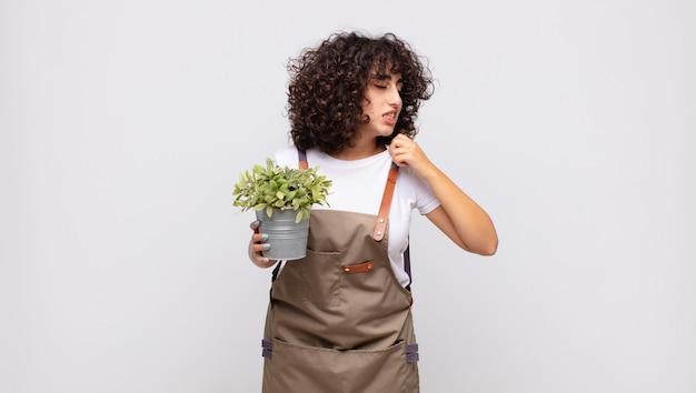 ストレスを感じている若い女性の庭師